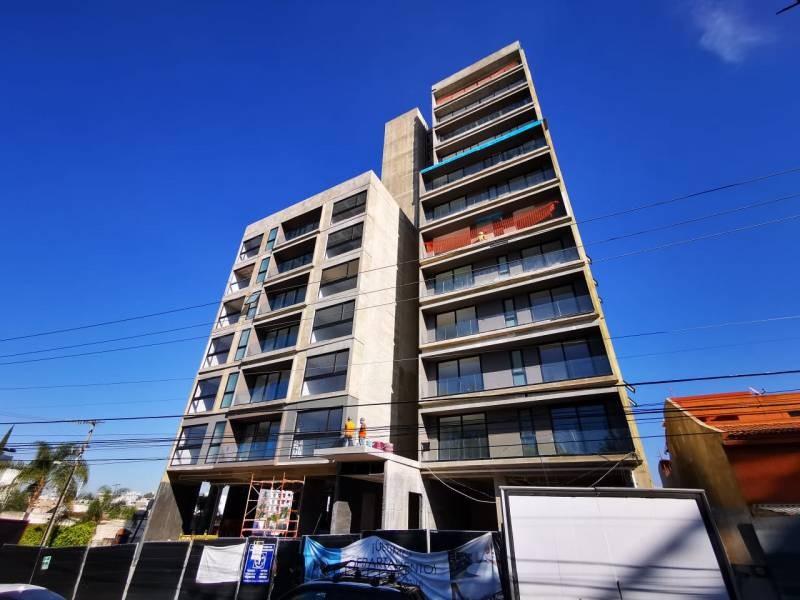 Los locales se encuentran en la planta baja de un complejo de 39 departamentos de primer nivel en una de las mejores zonas de Guadalajara.   Cada local con vista a terrazas exteriores, ciclo-puerto, terraza, áreas verdes. Así mismo los locales cuentan con 12 lugares de estacionamiento.   Características:  Local 1: Precio de Renta $96,000.  Oportunidad de Venta $11,629,000 más IVA. 33.35 mts de frente.  189.74 m2 techados más 142.35 m2 de terraza, área total: 332.09 m2. Altura 4.90 mts.  Local 2: Precio de Renta $46,000. Oportunidad de Venta $5,607,000 más IVA. 9.90 mts de frente.  115.20 m2 techados más 30.43 m2 de terraza, área total: 145.63 m2. Altura 4.90 mts.  Se entregan en obra gris con salidas hidráulicas - sanitarias y eléctricas. Muros de concreto celular y piso firme de concreto.    Se analizan propuestas de financiamiento directo y aceptamos créditos bancarios 10