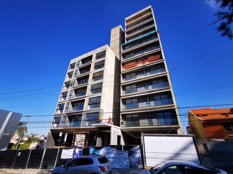 Los locales se encuentran en la planta baja de un complejo de 39 departamentos de primer nivel en una de las mejores zonas de Guadalajara.   Cada local con vista a terrazas exteriores, ciclo-puerto, terraza, áreas verdes. Así mismo los locales cuentan con 12 lugares de estacionamiento.   Características:  Local 1: Precio de Renta $96,000.  Oportunidad de Venta $11,629,000 más IVA. 33.35 mts de frente.  189.74 m2 techados más 142.35 m2 de terraza, área total: 332.09 m2. Altura 4.90 mts.  Local 2: Precio de Renta $46,000. Oportunidad de Venta $5,607,000 más IVA. 9.90 mts de frente.  115.20 m2 techados más 30.43 m2 de terraza, área total: 145.63 m2. Altura 4.90 mts.  Se entregan en obra gris con salidas hidráulicas - sanitarias y eléctricas. Muros de concreto celular y piso firme de concreto.    Se analizan propuestas de financiamiento directo y aceptamos créditos bancarios 12