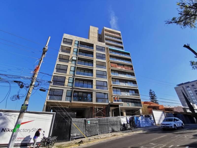 Los locales se encuentran en la planta baja de un complejo de 39 departamentos de primer nivel en una de las mejores zonas de Guadalajara.   Cada local con vista a terrazas exteriores, ciclo-puerto, terraza, áreas verdes. Así mismo los locales cuentan con 12 lugares de estacionamiento.   Características:  Local 1: Precio de Renta $96,000.  Oportunidad de Venta $11,629,000 más IVA. 33.35 mts de frente.  189.74 m2 techados más 142.35 m2 de terraza, área total: 332.09 m2. Altura 4.90 mts.  Local 2: Precio de Renta $46,000. Oportunidad de Venta $5,607,000 más IVA. 9.90 mts de frente.  115.20 m2 techados más 30.43 m2 de terraza, área total: 145.63 m2. Altura 4.90 mts.  Se entregan en obra gris con salidas hidráulicas - sanitarias y eléctricas. Muros de concreto celular y piso firme de concreto.    Se analizan propuestas de financiamiento directo y aceptamos créditos bancarios 14