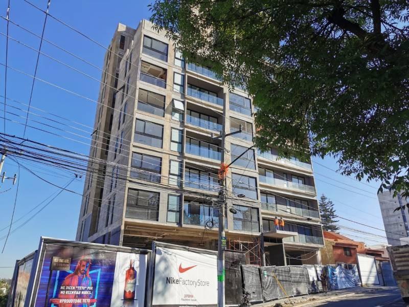 Los locales se encuentran en la planta baja de un complejo de 39 departamentos de primer nivel en una de las mejores zonas de Guadalajara.   Cada local con vista a terrazas exteriores, ciclo-puerto, terraza, áreas verdes. Así mismo los locales cuentan con 12 lugares de estacionamiento.   Características:  Local 1: Precio de Renta $96,000.  Oportunidad de Venta $11,629,000 más IVA. 33.35 mts de frente.  189.74 m2 techados más 142.35 m2 de terraza, área total: 332.09 m2. Altura 4.90 mts.  Local 2: Precio de Renta $46,000. Oportunidad de Venta $5,607,000 más IVA. 9.90 mts de frente.  115.20 m2 techados más 30.43 m2 de terraza, área total: 145.63 m2. Altura 4.90 mts.  Se entregan en obra gris con salidas hidráulicas - sanitarias y eléctricas. Muros de concreto celular y piso firme de concreto.    Se analizan propuestas de financiamiento directo y aceptamos créditos bancarios 15