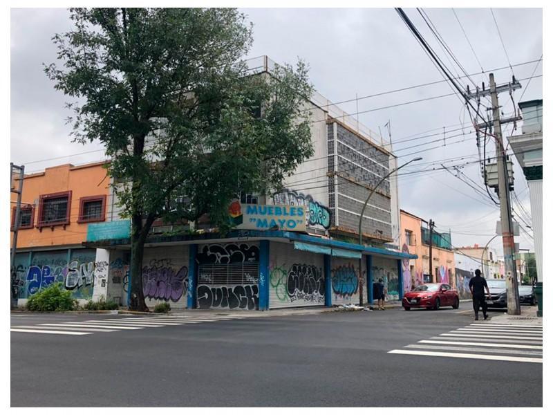 Local ubicado en el Centro de Guadalajara, en Av. Hidalgo con alta afluencia de peatones y coches, ya que es una zona comercial que cuenta con tiendas, farmacias, restaurantes, empresas y un sin fin de servicios alrededor. Cuenta con 206 m2 construidos de los cuales 9. 50 m son de frente y 17.25 de fondo; el local es irregular. Se renta todo el local de abajo (196 m2) y se vende todo el edificio (580 m2). 2