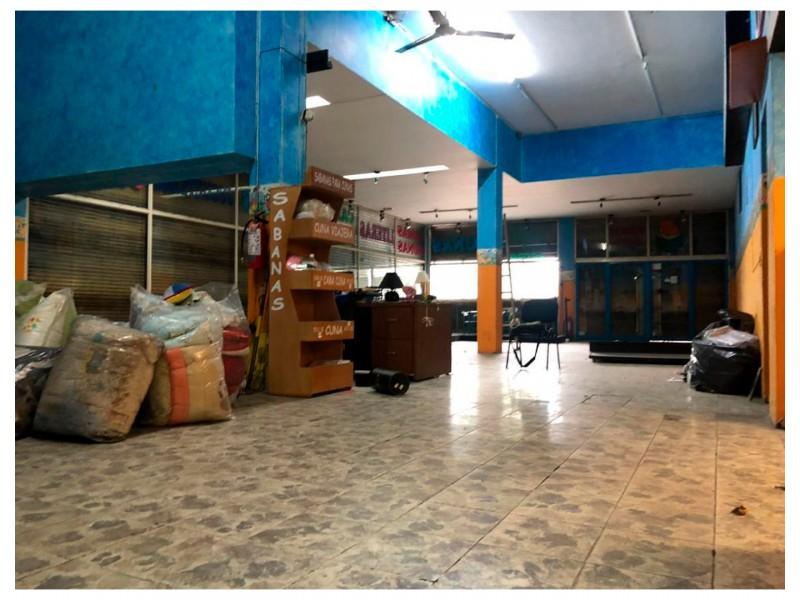 Local ubicado en el Centro de Guadalajara, en Av. Hidalgo con alta afluencia de peatones y coches, ya que es una zona comercial que cuenta con tiendas, farmacias, restaurantes, empresas y un sin fin de servicios alrededor. Cuenta con 206 m2 construidos de los cuales 9. 50 m son de frente y 17.25 de fondo; el local es irregular. Se renta todo el local de abajo (196 m2) y se vende todo el edificio (580 m2). 3