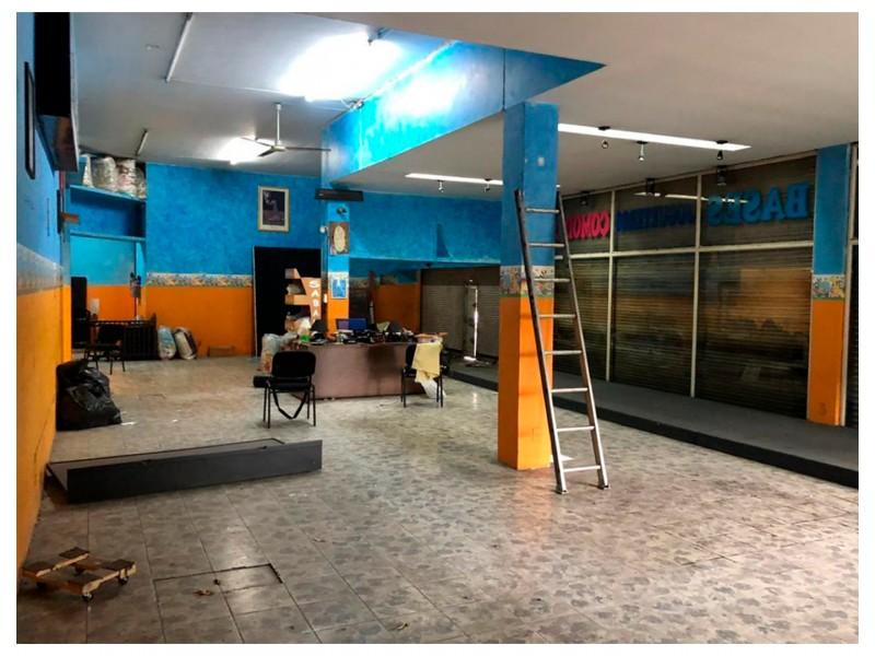 Local ubicado en el Centro de Guadalajara, en Av. Hidalgo con alta afluencia de peatones y coches, ya que es una zona comercial que cuenta con tiendas, farmacias, restaurantes, empresas y un sin fin de servicios alrededor. Cuenta con 206 m2 construidos de los cuales 9. 50 m son de frente y 17.25 de fondo; el local es irregular. Se renta todo el local de abajo (196 m2) y se vende todo el edificio (580 m2). 4