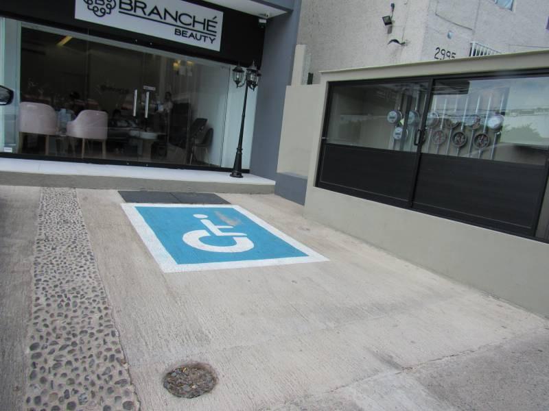 ¡Local comercial en segundo nivel, listo para entrega inmediata!  B PLAZA LAPIZLÁZULI es desarrollada por BRADA Grupo Inmobiliario con un elegante y moderno diseño, ubicada en una excelente zona comercial de Zapopan como lo es la Colonia Residencial Victoria, ofrece 10 espacios comerciales y un cómodo estacionamiento. Local comercial en segundo nivel, listo para entrega inmediata.   DOMICILIO: Perla no. 2754 esq. Av. Lapislázuli Col. Residencial Victoria, Zapopan, Jalisco.     3