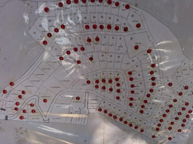 Terreno en venta Fraccionamiento Montecielo, Mazamitla Terreno rodeado de pinos, hermoso bosque.  A 5 minutos del pueblo, aproximadamente 10 calles del centro.  Cuenta con vigilancia, agua, luz, entrada de acceso con portón.  Cabañas de primera, zona de extranjeros, el fraccionamiento se encuentra junto a la toscana.  Opción de terreno total 688.27 Opción de terreno parcial 303.67 o 384.60 mt2.  Cuenta Con Escrituras públicas, sin adeudos.  Precio por metro cuadrado $1,700 4